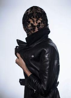 Sarah Burton per Alexander McQueen Maschera, indossata da Camilla Nickerson Fotografia di Olivia Bee |