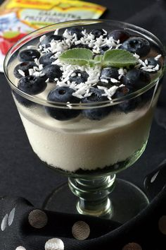 Coconut dessert with blueberries - Flavors on the plate Coconut Desserts, Blueberry Desserts, Panna Cotta, Pudding, Ethnic Recipes, Food, Blueberries, Plate, Candles