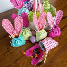 Já esses saquinhos de pano com orelhinhas são o presente perfeito para dar de Páscoa, recheados de doces!