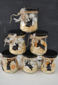 Easter nests in a jar from mamas kram. Fill the jar with wood shavings and Easter sweets and decorate with a piece of string and a few feathers. Make a bunny label from chalkboard contact paper. You can write down short messages or the name of the recipie Easter Party, Easter Gift, Easter Crafts, Happy Easter, Easter Ideas, Easter Presents, Bunny Crafts, Spring Decoration, Diy Easter Decorations