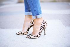 Casual Look. Look con boyfriend jeans y zapatos leopardo. A trendy life. #casual #denim #jeans #boyfriendjeans #chanelbag #animalprintshoes #leopardshoes #details #suiteblanco #chanel #celine #sarenza #outfit #fashionblogger #atrendylife www.atrendylifestyle.com