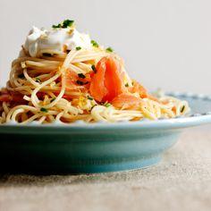 Spaghetti com salmão e crème fraÎche de ervas