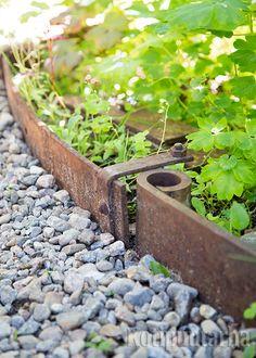 Kuorma-auton lehtijouset reunustavat istutuksia. Ruostuva rauta sulautuu väriltään puutarhaan hyvin ja paksu rauta kestää pitkään. Kuva: Teija Tuisku Garden Ideas, Healing, Plants, Landscaping Ideas, Plant, Backyard Ideas, Planets