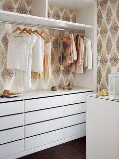Vestidor abierto con paredes empapeladas