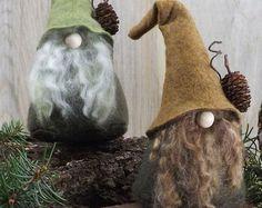 LORE le QUIRKY est un lunatique gnome boisé qui est assez excentrique mais attachante. Il a une étrange obsession avec des morceaux de récréation dont il a lhabitude de tomber partout le plancher de forêt.  Cette liste est pour un seul gnome avec un chapeau brun doré et barbe couleur de votre choix. Lore le Quirky est environ 5,5 de haut avec un diamètre de 3 bas et légèrement lesté. Fabriqué à partir de laine et rayonne en feutrine, fil de fausse fourrure/laine et rempli d'ouate. Corps est…