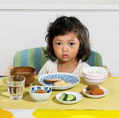 """La série """"Rise and Shine"""" de la photographe Hannah Whitaker et de la journaliste Malia Wollan,qui ont réalisé une comparaison du petit déjeuner des enfant"""