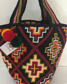 MOCHILA TIPO TOTES (playera) INFORMES :57 3132850059 #wayuu #wayuubag #mochilaswayuu #mochilas #artesania #artesaniacolombiana Handmade Handbags, Handmade Bags, Mochila Crochet, Basket Bag, Tapestry Crochet, Crochet Purses, Knitted Bags, Crochet Patterns, Crochet Stitches