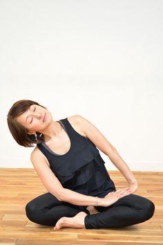 こんな風に上体の重みを使ってじんわりと寄りかかるだけでも、脇腹や股関節を緩め、伸ばすことが出来ます。深い呼吸と共に感じてみましょう。