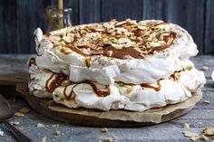Pavlova er klassiker når det kommer til festdager, og kanskje spesielt 17.mai. Jeg har laget noen forskjellige varianter av denne flotte kaken. Den første dere skal få se er en pavlova med krem, karamell, sjokolade og ovnsstekte mandler. Alle disse til sammen blir jo snickers. Derfor, snickerspavlova. Selv om det ikke er 17.mai eller en …