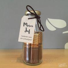 'Merci' in een flesje (Label: eigen tekst. Little Presents, Diy Presents, Little Gifts, Birthday Treats, Party Treats, Teacher Appreciation Gifts, Teacher Gifts, Diy For Kids, Crafts For Kids