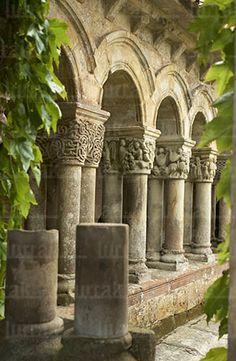Colegiata de Santillana del Mar, Cantabria Spain Romanesque Art, Romanesque Architecture, Historical Architecture, Beautiful Buildings, Beautiful Places, Monuments, Spain And Portugal, Chapelle, Abandoned Places