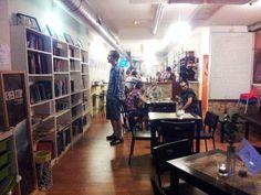 El Rincón de Momo es un espacio híbrido localizado en Calle Santa Teresa de Jesús, 28 (cerca de Plaza San Francisco) en el que encontraréis una tranquila zona de cafetería con exposiciones culturales y libros que poder leer, intercambiar o tomar prestados para su lectura.
