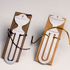 Detalles para Primera Comunión   Punto de libro o marca páginas cáliz.   Se presenta en caja rectangular (dos colores), con 3 napolitanas de chocolate.