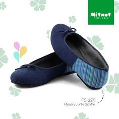 Flatshoes cantik dengan bahan denim kombinasi lurik. Sol karet anti selip.