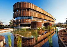 Edificio verde de oficinas en Chile. Por +arquitectos  Este proyecto singular desarrollado en Chile para la empresa Transoceánica combina muchos de los elementos de la arquitectura sostenible.   Aspectos como la integración paisajística y el desarrollo de las zonas verdes se han cuidado al máximo.