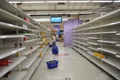 CLEANED OUT: A customer looked at empty shelves in TESCO's Changning branch in Shanghai on Thursday. TESCO will close its first branch in Ch...