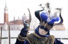 Un juerguista enmascarado posa delante de la plaza de San Marcos durante el primer día de carnaval, en Venecia. Foto: Especial