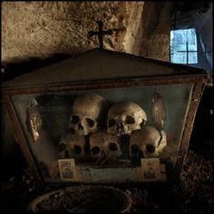 Skulls at the Fontanelle cemetery caves in Naples, Italy by Incognita Nom de Plume. Halloween Crafts, Halloween Decorations, Halloween Graveyard, Spirit Halloween, Mundo Cruel, Old Cemeteries, Graveyards, Cemetery Art, Momento Mori