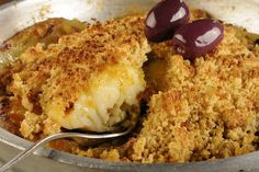 Em um refratário, coloque a cebola, o alho, o tomilho e tempere com sal. Arrume as batatas fatiadas ao redor e coloque o bacalhau no centro. Regue com azeite e coloque galhos de alecrim por cima. Leve ao forno a 200ºC por 15 minutos. Retire do forno e cubra com a farofa de broa de […]