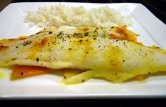Filet de pangasius sur lit de pommes et légumes au lait de coco Pause Café, Carpaccio, Tapenade, Filets, Fish Recipes, Chicken, Meat, Food, Rice