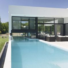 Black Contemporary Family House With Impressive Swimming Pool
