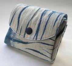 Shibori mano tinte cartera, mano teñido Indigo cartera, mano teñida bolsa, Tie Dye Shibori, japonesa Shibori, mano teñido, patrón de Shibori, la caja de monedas