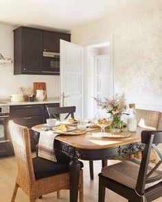 Office con muebles de madera y fibra en color natural y negro, muebles de cocina