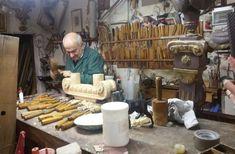 Das Handwerkerviertel in Florenz: Luigi Meccoci repariert in seiner Werkstatt gerade einen Kamin-Sims.