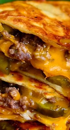 Cheeseburger Quesadillas A perfect quick and easy meal for busy days. Cheeseburger Quesadilla, Quesadilla Burgers, Quesadilla Recipes, Cheeseburgers, Cheeseburger Cheeseburger, Breakfast Quesadilla, Cheeseburger Casserole, Hamburgers, Meat Recipes