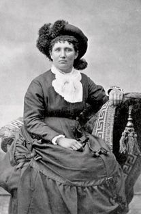 Huffman took a photo of CALAMITY JANE not wearing men's clothing. Martha 'Calamity Jane' Canary ranched west of Miles City (MT) along the. Old West Photos, Antique Photos, Vintage Photos, Calamity Jane, American Line, American History, Wild West Era, Deadwood South Dakota, Cowboys And Indians