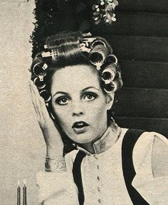 Ohh - you caught me in rollers! Twiggy with rollers in her hair Vintage Glamour, Vintage Beauty, Vintage Fashion, Twiggy Hair, Vintage Hair Salons, Sleep In Hair Rollers, Curly Hair Styles, Natural Hair Styles, Roller Set