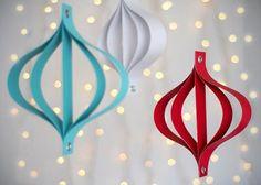 """En esta manualidad navideña te mostraremos como hacer modernos adornos de papel para el arbol navideño. No necesitaras muchos materiales y en solo unos minutos los tendras preparados.   MATERIALES:  12 x 12"""" de cartulina Tijeras Regla 2 clips de cuaderno. Perforadora Martillo o"""
