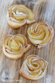 Appelroosjes van bladerdeeg - Koken met Jamie Mini Desserts, No Bake Desserts, Delicious Desserts, Dessert Recipes, Yummy Food, Grolet, Sweets Cake, Beignets, Sweet Recipes