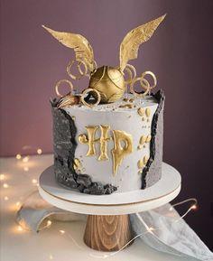 Harry Potter Theme Cake, Harry Potter Desserts, Bolo Harry Potter, Gateau Harry Potter, Harry Potter Birthday Cake, Harry Potter Food, Hogwarts Torte, Anniversaire Harry Potter, 18th Birthday Cake