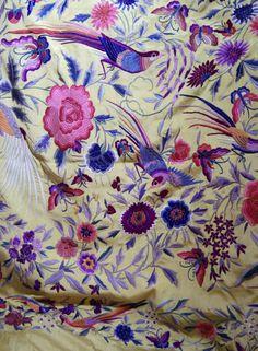 Detalle mantón de manila bordado a mano antiguo. Tienda Stendal. Valencia, España.