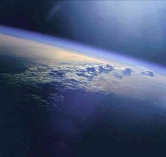 De dampkring is alles wat ons beschermd tegen de straling van de zon en de mogelijk rampzalige effecten van meteorieten. Toch is de dampkring vergeleken met de diameter van de aarde maar heel dun. Als de aarde zo groot was als een speelgoedballon, zou de dampkring niet dikker zijn dan het rubber van deze ballon.