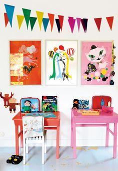 Dotterns rum - skolbänk och stol målad i färg som matchar tapeten, ej vitt