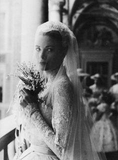 KUVA 4. Huntu olisi ihana näin Grace Kellyn / Kate Middletonin lailla kasvojen edessä tai vastaavasti suurikuvioisin vintage-pitsireunoin. Kumpi sopii pukuun paremmin?
