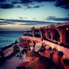 ☀️ Restaurant Sunset Ashram. Playa de Cala Conta. Mooie plek voor zonsondergang. Beetje shabby. Eten matig. Tel. 661 347 222.