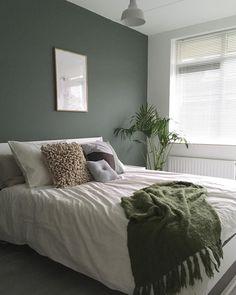 Slaapkamer. Groen werkt duidelijk rustgevend. Ik ben een enorme slechte slaper. Maar sinds een week slaap ik al elke nacht door en heel…