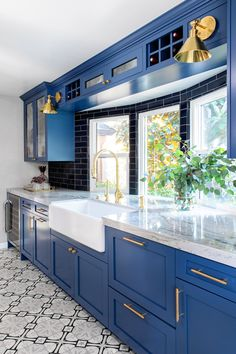 36 Lovely Kitchen Cabinets Colors Ideas That You Should Apply - Planning a kitchen renovation or remodel involves many decisions and choices. Together the choices define the style of your kitchen. Blue Kitchens, Home Decor Kitchen, Blue Kitchen Cabinets, Interior Design Kitchen, Kitchen Inspiration Design, Home Kitchens, Kitchen Cabinet Colors, Kitchen Style, Kitchen Renovation