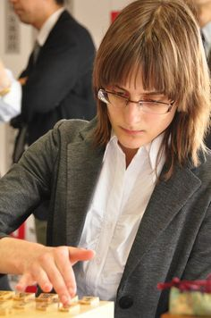 20120519, Tokyo: Karolina, an university student in Poland, beat a female professional Shogi player, first-ever win of foreign female amateur against a Japanese pro in history. Big applause.