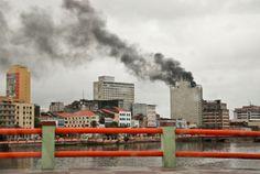Incêndio atinge cobertura de edifício na rua do Imperador  Havia cerca de 100 pessoas no local e houve muito pânico