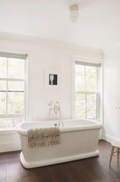 Indoor-outdoor interplay: Cumberland Townhouse in New York Minimalist Bathroom Design, Minimalist Home Decor, Minimalist Interior, Best Bath, House And Home Magazine, Beautiful Bathrooms, Bathroom Renovations, Bathroom Interior, White Bathroom
