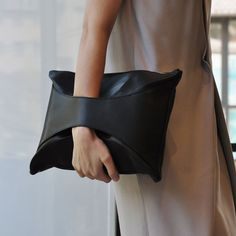 minimal in black – Purses And Handbags For Teens Look Fashion, Fashion Bags, Womens Fashion, Purses And Handbags, Leather Handbags, My Style Bags, Bags For Teens, Boho Bags, Spring Fashion Trends