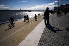 Há um novo passeio para peões e ciclistas à beira-Tejo - PÚBLICO  #lisbon