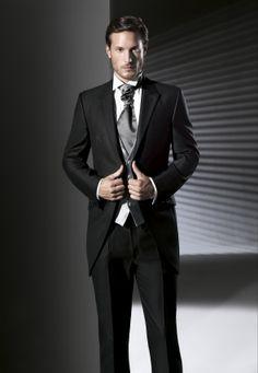 Os presentamos la elegante colección de trajes de novio de la firma Marco…