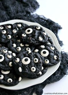 The perfect cookie for Halloween! A yummy double chocolate chip cookie topped wi… Sponsored Sponsored The perfect cookie for Halloween! A yummy double chocolate chip cookie topped with candy eyeballs that looks like eyes peeking out at night at you! Bolo Halloween, Pasteles Halloween, Fun Halloween Treats, Spooky Treats, Halloween Food For Party, Halloween 2016, Halloween Chocolate, Spooky Food, Halloween Cookie Recipes