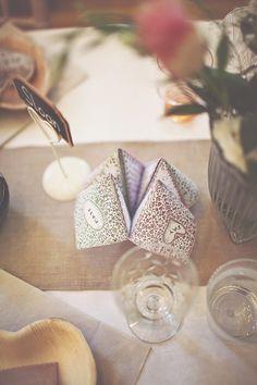 Que tal a brincadeira de criança estilizada para um menu de casamento ou noivado criativo? #casamento #criativo #papelaria