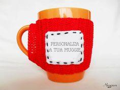 Capa para caneca em crochetAdapta-se às canecasFio 100% AlgodãoConteúdo personalizável(Indique a palavra/frase que pretende nas observações da sua encomenda)Opção caneca incluída: Caneca Branca/Lisa
